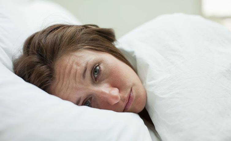 Sabahları neden şiş yüzle uyanırız?